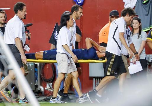 Marco Asensio es retirado del terreno de juego tras sufrir su grave lesión.