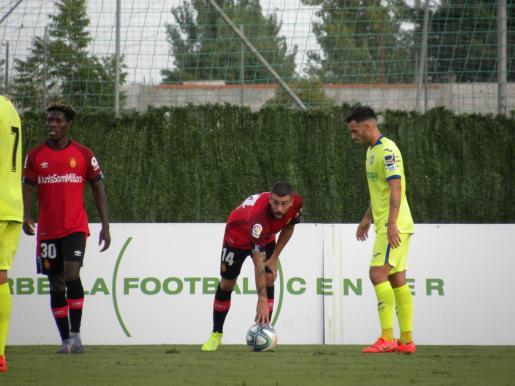 Dani Rodríguez, centrocampista del Mallorca, se dispone a sacar una falta ante un jugador del Getafe durante el partido disputado este miércoles en Marbella.