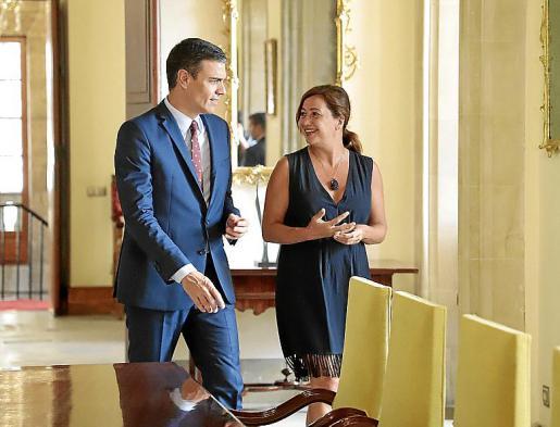 Pedro Sánchez durante su reunión con Francina Armengol.