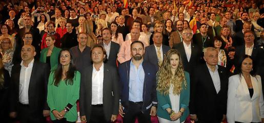 Santiago Abascal, en el centro, entre Jorge Campos y Malena Contestí, en un acto en Palma de la campaña electoral.