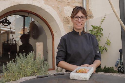 Caterina Pieras, chef en el Restaurante Daica de Llubí, presenta la receta 'Pa amb oli' de gamba roja al ajillo.