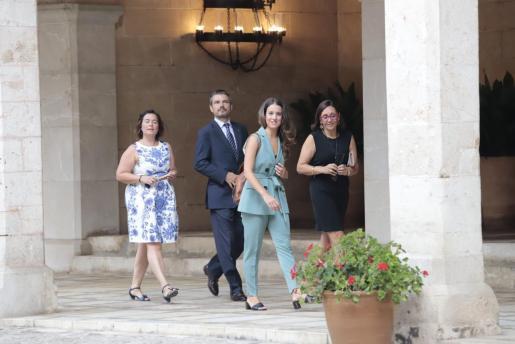 Santiago, en el centro de la imagen junto a otros políticos, antes de la recepción real.