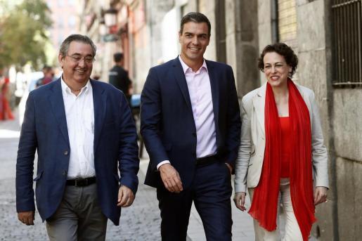 El presidente del Gobierno en funciones, Pedro Sánchez (c), junto a la ministra de Trabajo, Migraciones y Seguridad Social, Magdalena Valerio, y el secretario de Empleo y Relaciones Laborales, Toni Ferrer (i).