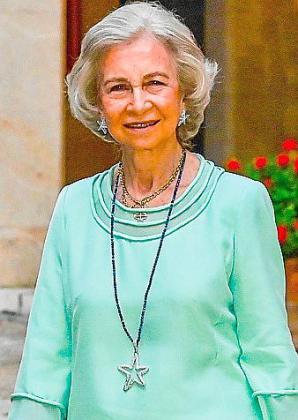 Doña Sofía eligió estas vacaciones dos collares de Isabel Guarch: para la recepción en La Almudaina y tras ir al cine con sus nietas.
