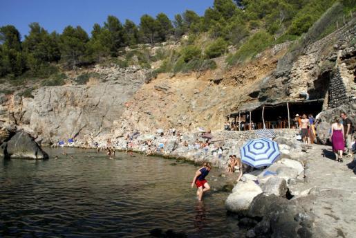 Cala Deià presenta un color verde que difiere de las aguas cristalinas de la mayoría de las calas y playas de la Isla.