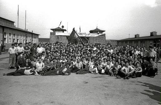 Presos españoles ante Mauthausen, en Austria, tras su liberación.
