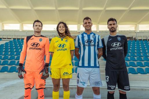 Manu Herrera, Fátima Traversaro, Guillem Vallori y Xavi Ginard posan en el Estadi Balear con las nuevas equipaciones.