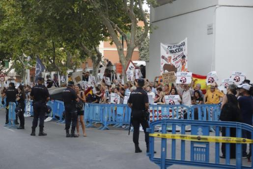 Los manifestantes, junto a la plaza de toros de Palma.