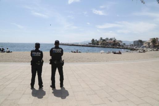 Dos agentes de la Policía Local de Palma, en la zona del Portitxol.