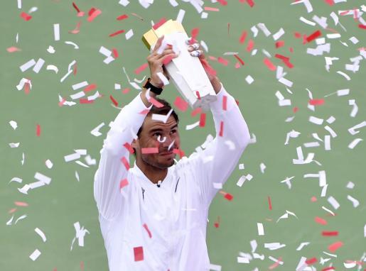 Rafael Nadal posa con el trofeo del Masters 1.000 de Montreal conseguido este domingo.
