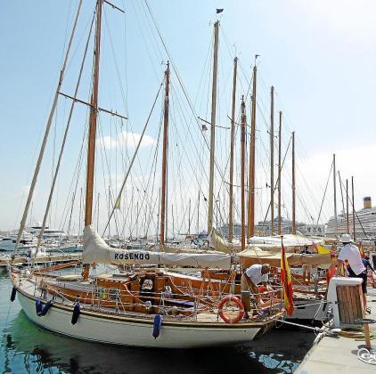 El grupo de veleros participantes, atracados en el muelle del Club de Mar, desde donde cubrirán la regata.