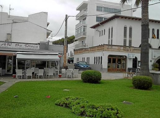 El bar Sa Plaça está ubicado a escasos 20 metros de la comisaría de policía.