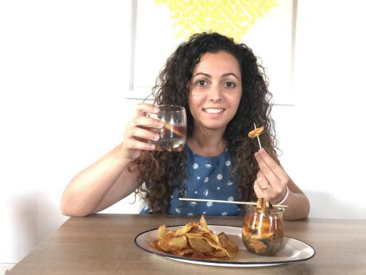 Catalina Payeras presenta su vermut: Mejillones en escabeche con patatas chips.