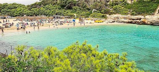Es una playa pequeña que cuenta con chiringuito, tumbonas y sombrillas.