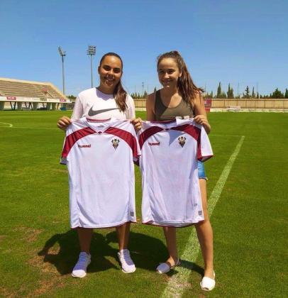 Nerea Orfila y Catalina Roselló posan con la camiseta de su nuevo equipo en el campo de entrenamiento.