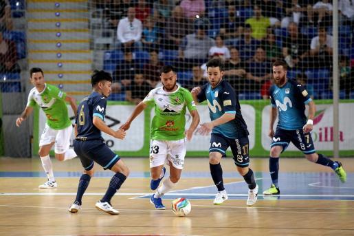 Bruno Taffy conduce el balón ante varios jugadores del Movistar Inter.