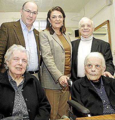 En la imagen, madre e hija junto a Pepe Egea, presidente del Grup Güell; Jerónima Marqués, coordinadora de actividades del Consell de Mallorca, y Juan Oliver, presidente del club.