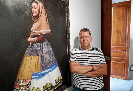 Pep Guerrero junto a una de las obras que conforman la exposición.