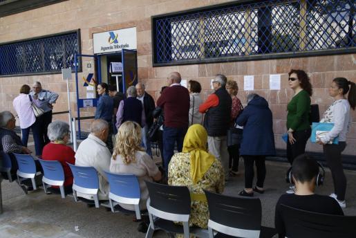 Ciudadanos aguardan su cita para realizar la declaración de la renta.