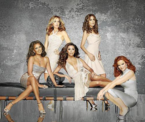 """Imagen facilitada por el canal FOX de las actrices Vanessa Williams (i), Felicity Huffman (de pie, i), Eva Longoria (sentada, d), Teri Hatcher (de pie, d) y Marcia Cross, protagonistas de """" Mujeres desesperadas """"."""