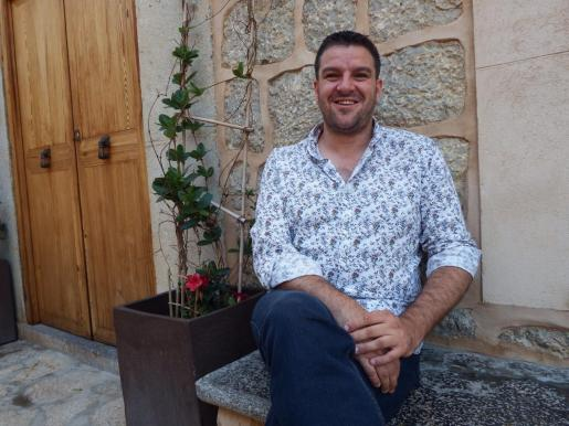 Imagen del alcalde de Deià tomada poco después de resultar elegido por una gran mayoría de sus vecinos.