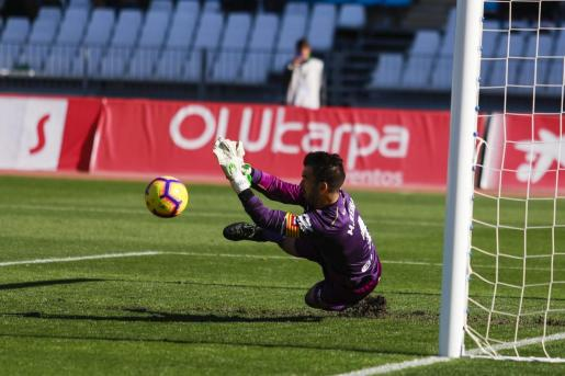 El portero Manolo Reina se lanza a por un balón en un partido del Mallorca en Almería.
