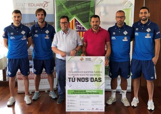 Lolo, Carlos Barrón, Miquel jaume, José Tirado, Antonio Vadillo y Tomaz posan junto al cartel de la nueva campaña de abonados durante el acto de presentación.
