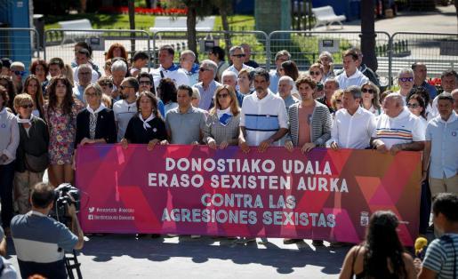 El alcalde donostiarra, Eneko Goia (5d), ha participado en la concentración convocada este miércoles por el Ayuntamiento de San Sebastián para condenar las agresiones machistas.