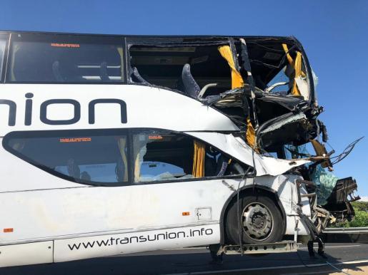 Imagen del autocar de dos alturas accidentado.