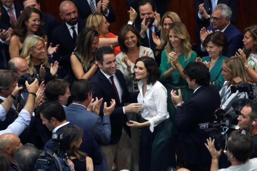 La nueva presidenta de la Comunidad de Madrid, Isabel Díaz Ayuso (c), recibe la felicitación de, entre otros, el secretario general del PP, Teodoro García Egea (i), así como de la portavoz parlamentaria, Cayetana Álvarez de Toledo (d), tras ser investida presidenta.