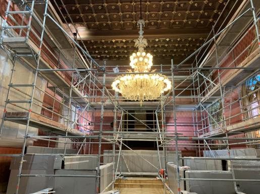 Los restauradores han instalado andamios para acceder a la parte superior de la tapicería, que también está dañada.
