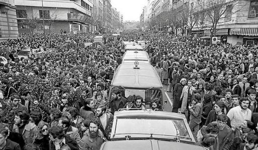 Imagen retrospectiva de la protesta durante el entierro de los cinco abogados asesinados de Atocha en el año 1977.