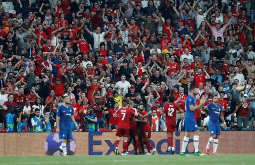 Jugadores y afición celebrando la victoria del Liverpool.