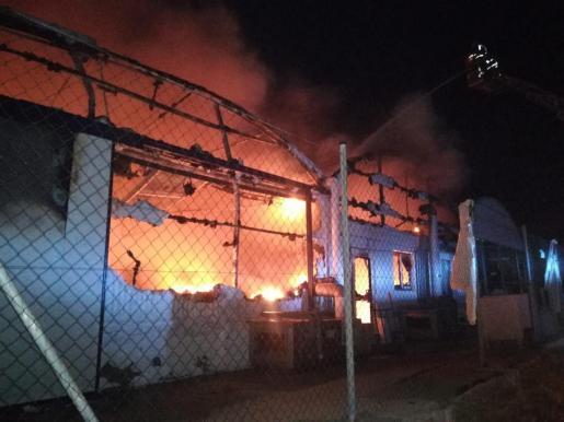 El fuego ha arrasado varias naves.