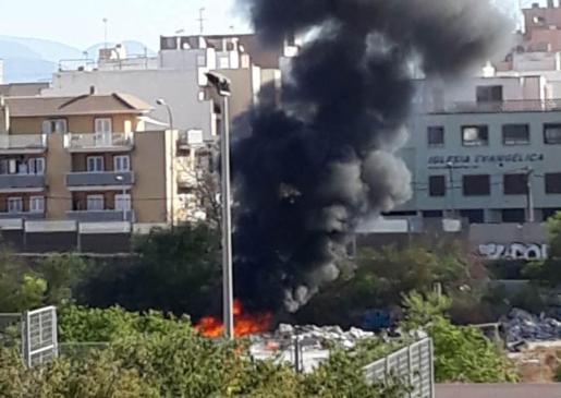 Imagen del coche en llamas.