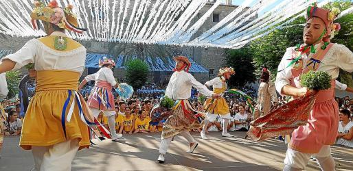 La salida de los Cossiers estuvo protagonizada por la expectación de los nuevos trajes. Hace una década que se recuperó la tradición de salir a bailar en la festividad del 15 de agosto. Los bailarines realizan la 'acapta' para recoger las 'joies' de las carreras del día 25 de agosto. Fue un acto concurrido .