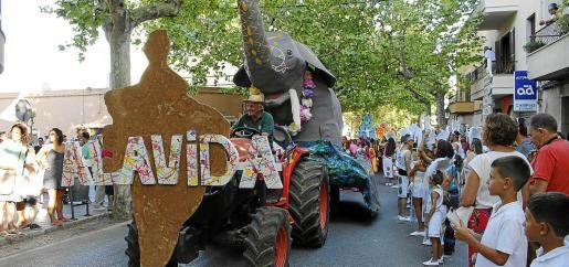 El colorido de todas las carrozas participantes puso de manifiesto la dedicación de los participantes en el desfile.       Carrozas Alaró