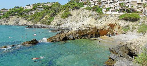 La playa bajo los acantilados cuenta con un nuevo sendero litoral.