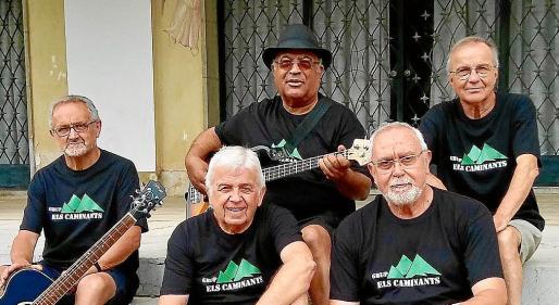 Los cinco integrantes del grupo 'Els Caminants' posan en una imagen promocional: Biel Vilanova, Tomeu Mas y Joan Brunet, delante, y, detrás, Cecili Buele y Pep Portell.