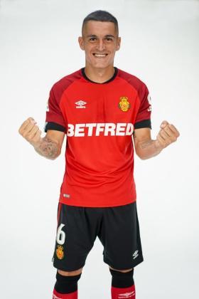 Marc Pedraza, centrocampista del Real Mallorca, con la equipación en la que se muestra el nuevo patrocinio.