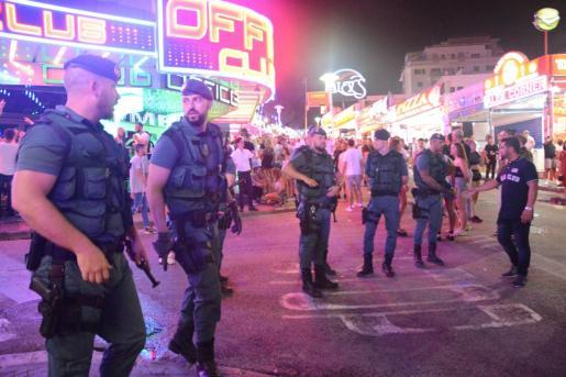 La Benemérita despliega cada noche más de una docena de agentes en la calle más 'caliente' de Calvià.