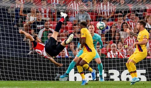 El delantero del Athletic Club de Bilbao Aritz Aduriz (i) remata para conseguir el único gol del partido, durante el encuentro de la primera jornada de LaLiga Santander 2019-2020 que Athletic y Barcelona jugaban este viernes en San Mamés.