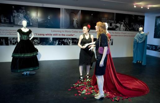 """Asistentes al evento toman fotografía durante la inauguración de la exhibición """"Maria Callas: A Woman, a Voice, a Myth """" (María Callas: Una Mujer, Una Voz, Un Mito) en Westwood, California."""