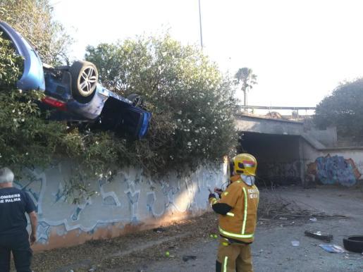 Un coche vuelta en la calle Aragón, al incorporarse a la vía de cintura de Palma.