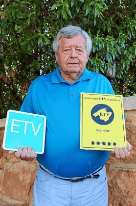 Jordi Cerdó con los distintivos ETV que implantarán a partir del próximo año.