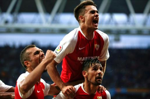 Los jugadores del Sevilla FC Joan Jordán (i), Sergio Reguilón (c) y Manuel Nolito (d), celebran el segundo gol del encuentro, marcado por Nolito, en el partido disputado en el RCDE Stadium, en Cornellà-El Prat, Barcelona.