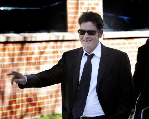 El actor estadounidense Charlie Sheen llega a la corte del condado Pitkin en Aspen, Colorado (EEUU).