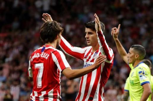 Joao Félix felicita a Morata por el gol.