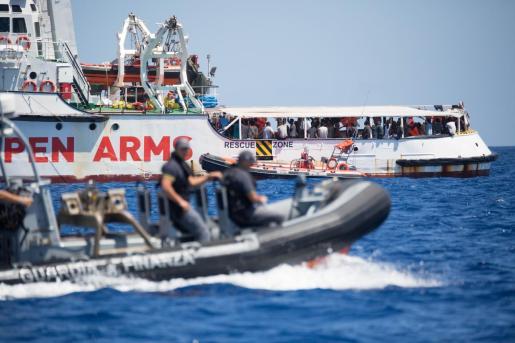 La lancha de la guardia costera italiana rodea la embarcación Open Arms, en aguas jurisdiccionales del país transalpino.