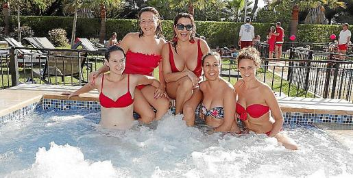Un grupo de chicas, en la piscina del Cap Vermell Country Club.